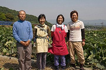 次代の若夫婦が加わった朗らかな農園 / 鹿児島県阿久根市・まつき農園を訪ねて